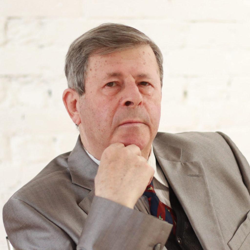 Олег Шапиро — врач, целитель, биоэнерготерапевт со стажем работы более 30 лет, подполковник медицинской службы в отставке. Ведущий специалист центра «ЖИЗНЕВЕД».